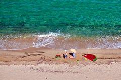 Menino e sua m?e na praia com flutuador infl?vel imagens de stock