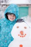 menino e um boneco de neve - feriado de inverno fotografia de stock royalty free