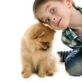 Menino e um cachorrinho foto de stock royalty free