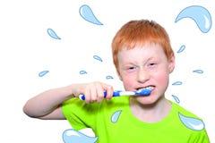 Menino e uma escova de dentes Imagem de Stock Royalty Free