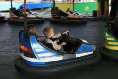 Menino e uma menina na feira de divertimento Fotografia de Stock Royalty Free