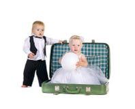 Menino e uma menina que vai viajar Foto de Stock Royalty Free