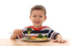 Menino e vegetais cozinhados Fotografia de Stock Royalty Free
