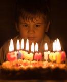 Menino e velas ardentes foto de stock royalty free
