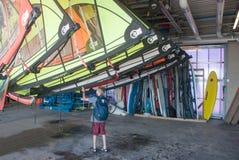 Menino e velas para o windsurfe Fotos de Stock
