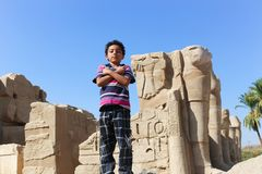 Menino egípcio no templo de Karnak em Luxor - Egito imagens de stock