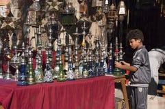 Menino egípcio, vendedor ambulante, loja do cachimbo de água de Shisha fotografia de stock
