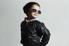 Menino elegante da criança nos óculos de sol Estilo do inverno Little Boy Fotos de Stock Royalty Free