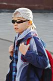 Menino em óculos de sol pretos Fotografia de Stock Royalty Free