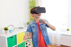 Menino em auriculares da realidade virtual ou em vidros 3d fotos de stock