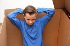 Menino em caixa movente foto de stock