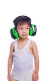 Menino em capas protetoras para as orelhas vestindo de uma camiseta interioa branca Imagens de Stock Royalty Free