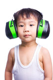 Menino em capas protetoras para as orelhas vestindo de uma camiseta interioa branca Fotos de Stock