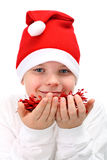 Menino em decorações vermelhas do Natal da terra arrendada do chapéu de Santa foto de stock