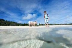 Menino em férias de Exuma Fotos de Stock Royalty Free