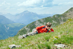 Menino em montanhas do verão Imagens de Stock Royalty Free