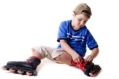 Menino em patins de rolo Fotos de Stock Royalty Free