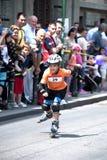 Menino em rollerblades, raça de Rollerskates em Belgrado Imagens de Stock