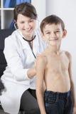 Menino em seus exames periódicos da saúde fotografia de stock royalty free