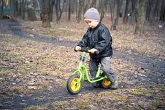 Menino em sua primeira bicicleta Fotografia de Stock Royalty Free