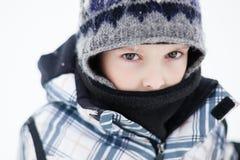 Menino em um dia de inverno frio Fotos de Stock Royalty Free