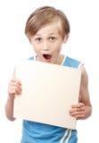 Menino em um fundo branco com boad vazio Fotografia de Stock Royalty Free