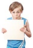 Menino em um fundo branco com boad vazio Imagem de Stock