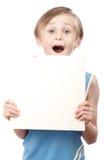 Menino em um fundo branco com boad vazio Fotos de Stock Royalty Free