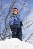 Menino em um fundo do céu azul. Fotografia de Stock Royalty Free