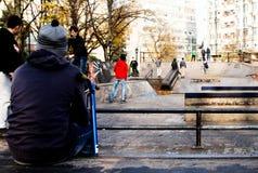 Menino em um parque do patim imagens de stock royalty free