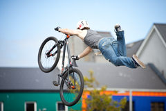 Menino em um salto da bicicleta do bmx/montanha Foto de Stock