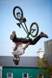 Menino em um salto da bicicleta do bmx/montanha Fotos de Stock