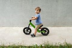 Menino em uma bicicleta Imagens de Stock Royalty Free