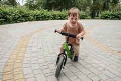 Menino em uma bicicleta Fotos de Stock Royalty Free