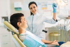 Menino em uma clínica dental, odontologia pediatra foto de stock