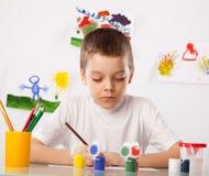 Menino em uma classe de desenho Imagens de Stock