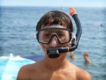 Menino em uma máscara para mergulhar foto de stock