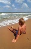 Menino em uma praia Fotos de Stock Royalty Free