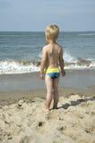 Menino em uma praia imagens de stock royalty free