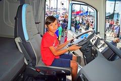 Menino em Volvo Lorry Cab Alicante 2017 imagens de stock royalty free