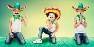 Menino engraçado no sombreiro mexicano collage imagem de stock