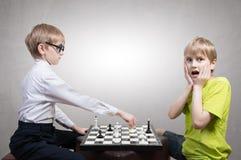Menino esperto contra o menino estúpido Imagem de Stock