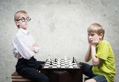 Menino esperto contra o menino estúpido Fotos de Stock Royalty Free
