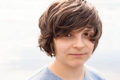 Menino europeu do surfista com um corte de cabelo Imagem de Stock