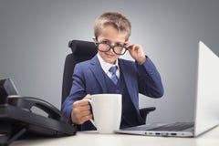 Menino executivo seguro novo do chefe do homem de negócios no escritório imagens de stock