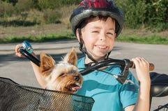 Menino feliz com bicicleta e cão imagens de stock royalty free