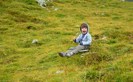 Menino feliz com capa e pirulito na natureza foto de stock royalty free