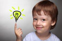 Menino feliz com lâmpada da ideia foto de stock royalty free
