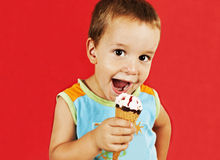 Menino feliz com o cone de gelado Imagens de Stock Royalty Free
