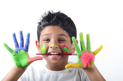 Menino feliz com a pintura que tem o divertimento Foto de Stock